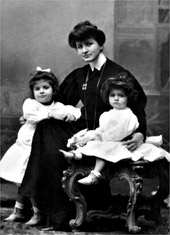 Alma with her daughters Maria Anna and Anna